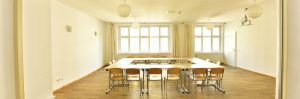 Großer Seminarraum mit Tischen