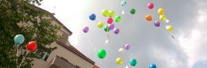 Himmel über Sprengelhaus mit fliegenden Luftballons