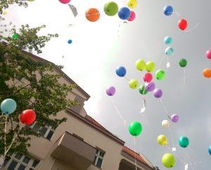 Fliegende Luftballons über dem SprengelHaus
