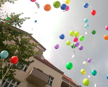 Foto mit fliegenden Luftballons vor dem SprengelHaus