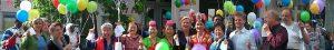 Sommerfest - Menschen mit Luftballons vor dem SprengelHaus