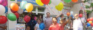 Menschen mit Luftballons vor dem SprengelHaus