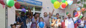 Foto Menschen mit Luftballons vor dem SprengelHaus