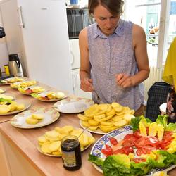 Frau, die gesundes Essen zubereitet